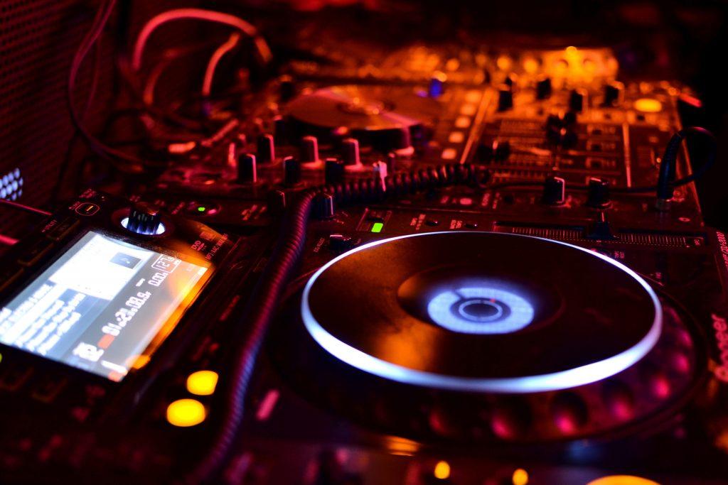 Het verschil tussen een DJ en een Producer.